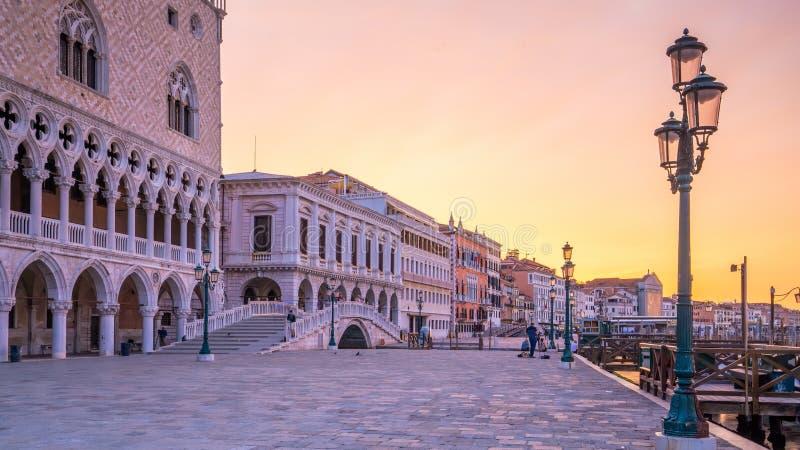 日出时的威尼斯圣马克广场 免版税库存照片