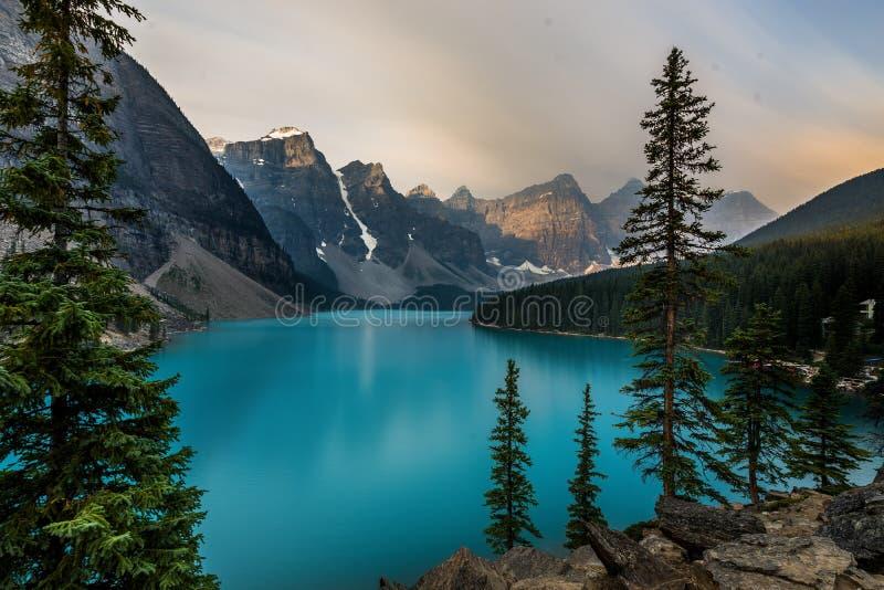 日出用Moraine湖的绿松石水有罪孽的在加拿大的班夫国家公园点燃了落矶山脉  库存照片