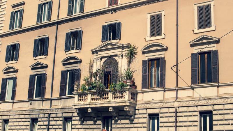 日出的一个美丽的罗马阳台,有很多花 免版税库存图片