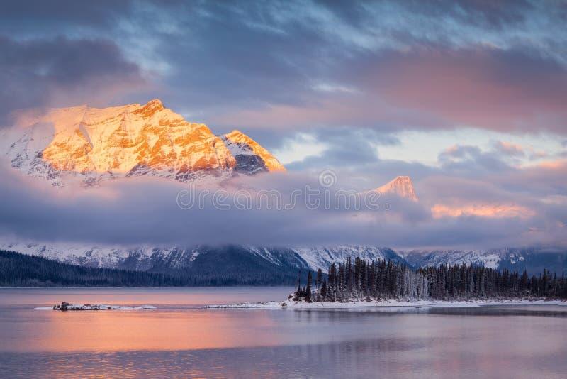 日出的上部Kananaskis湖 库存图片