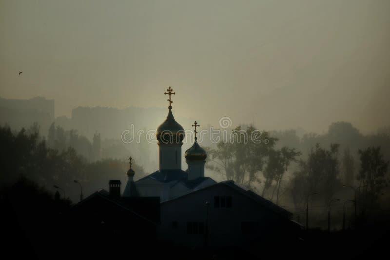 日出的东正教在薄雾 免版税库存照片