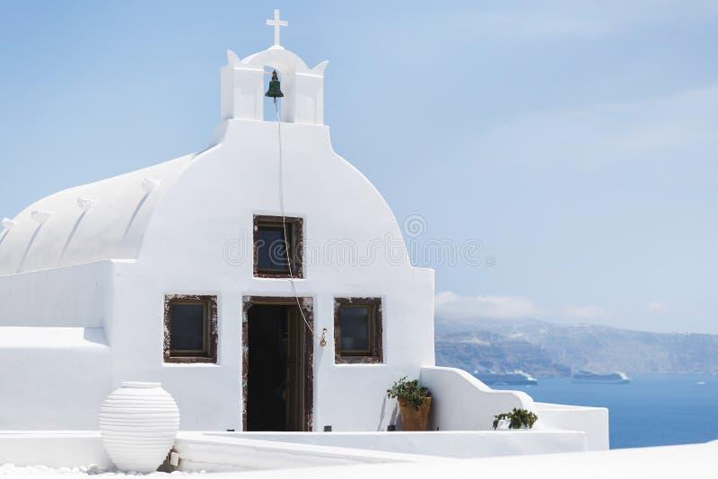 日出的传统白色被洗涤的教会在Oia,圣托里尼,基克拉泽斯,希腊语 免版税库存图片