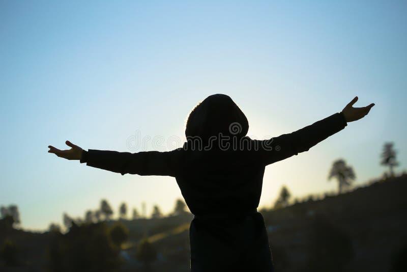 日出的愉快的妇女本质上 图库摄影