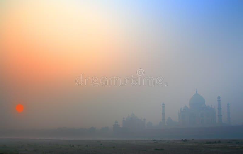 日出的泰姬陵在雾 库存照片