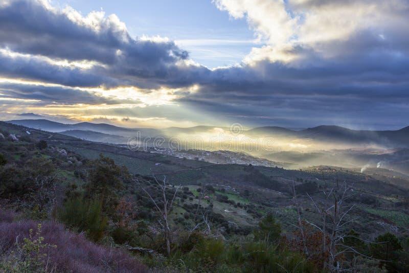 日出的瓜达卢佩河镇,西班牙 库存照片