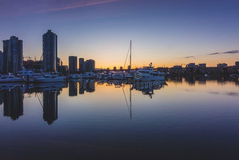 日出的码头区小游艇船坞 免版税库存图片