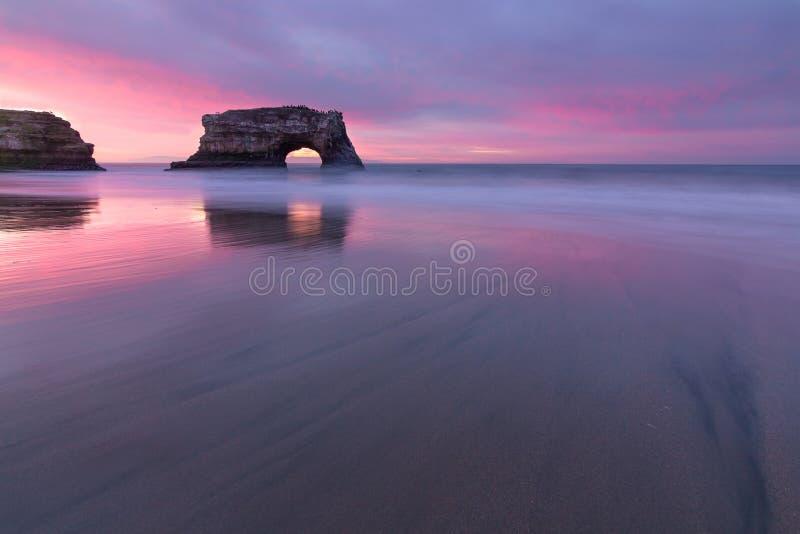 日出自然桥梁圣克鲁斯海洋海滩 库存照片