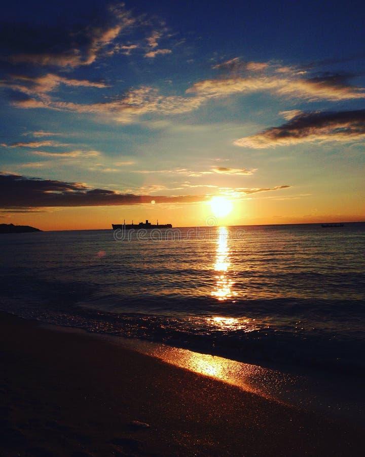 日出覆盖老小船黑海 库存图片