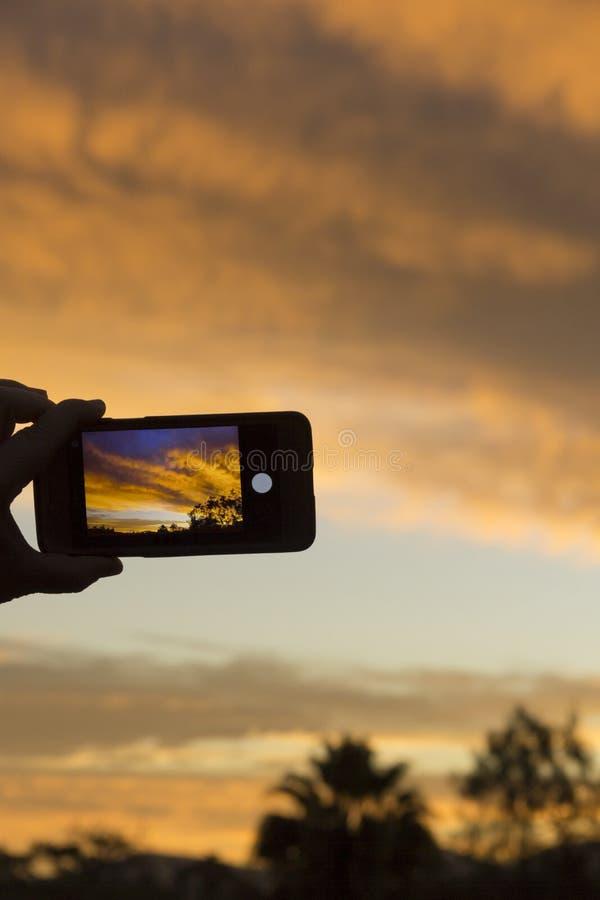 日出通过一台手机的照相机 库存图片