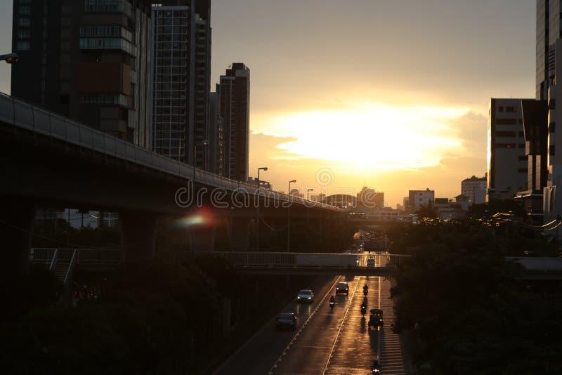 日出金子颜色天空和多云 人们回家 在天空火车站的顶视图 免版税库存图片