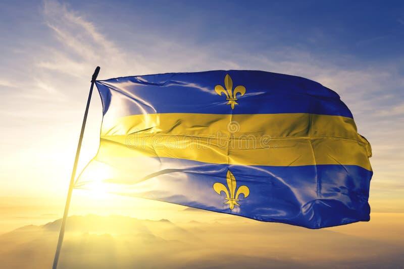 日出雾顶飘扬的比利时瓦隆布拉班特旗 免版税库存照片