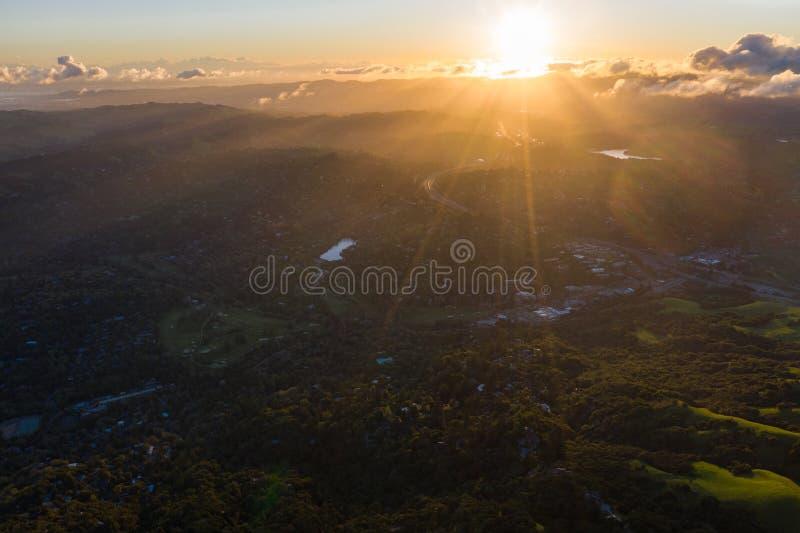 日出,加利福尼亚北部天线在东湾小山的 免版税库存照片
