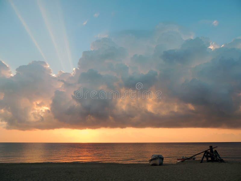 日出,在海滩的渔船 库存照片