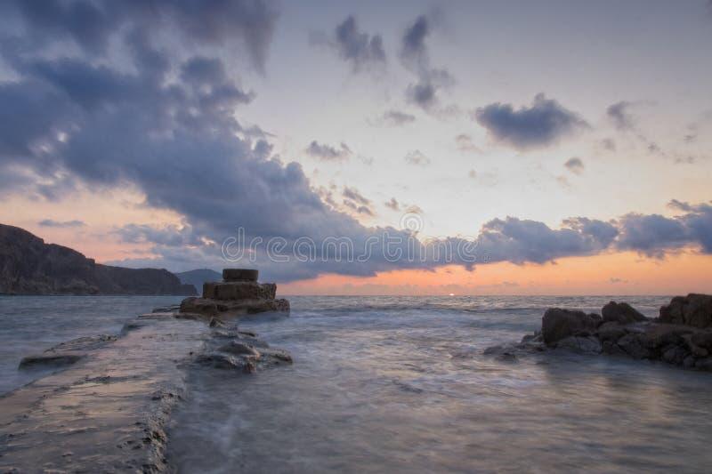 日出,日落,在西班牙安达卢西亚的阿尔梅里亚的Islote del Moro的防波堤上 免版税库存图片