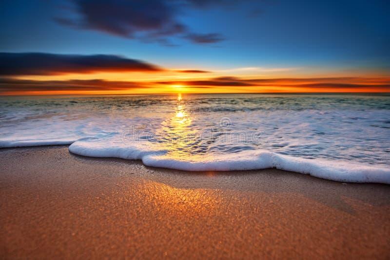 日出轻发光在海洋 库存图片