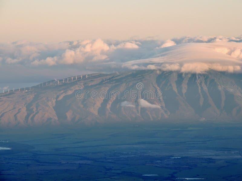 日出从Haleakala山顶看见的西部毛伊和拉奈岛黎明和看法, Haleakala火山国家公园,毛伊夏威夷 免版税库存图片