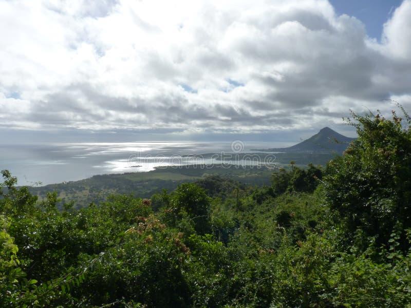 日印第安横向毛里求斯山海洋晴朗的视图 库存图片