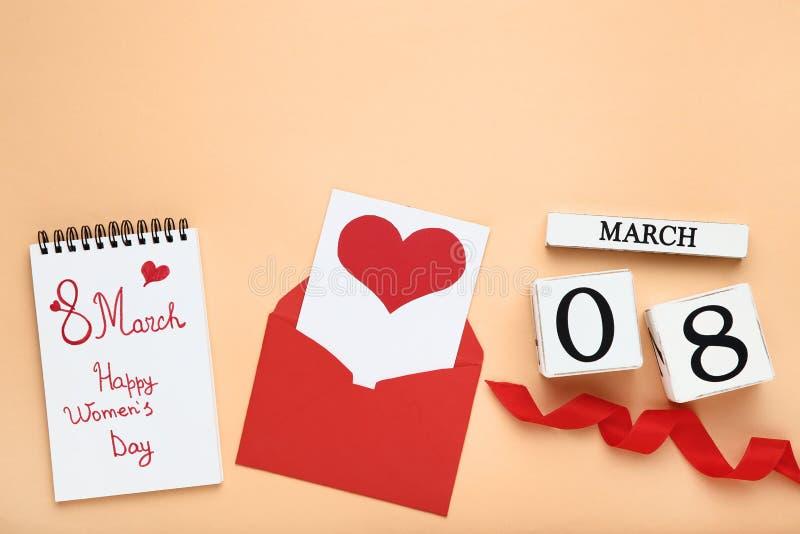 日历与信封和文本3月8日愉快的妇女的天 免版税库存照片