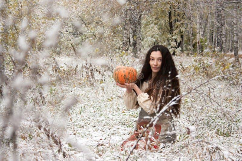 日历概念日期冷面万圣节愉快的藏品微型收割机说大镰刀身分 一个多雪的领域的一个巫婆 库存图片