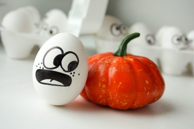 日历概念日期冷面万圣节愉快的藏品微型收割机说大镰刀身分 与面孔的滑稽的鸡蛋 免版税库存照片