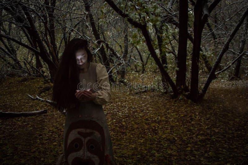 日历概念日期冷面万圣节愉快的藏品微型收割机说大镰刀身分 森林照片的巫婆 库存图片