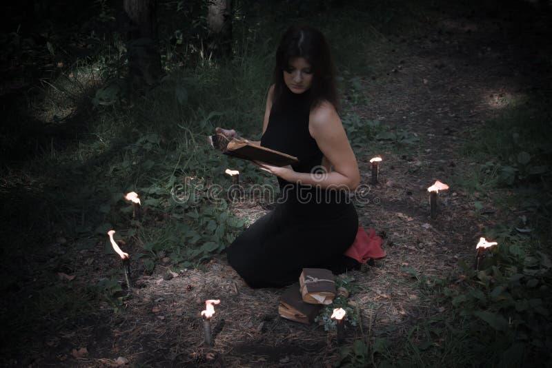 日历概念日期冷面万圣节愉快的藏品微型收割机说大镰刀身分 黑色的神仙 在witchy 库存照片