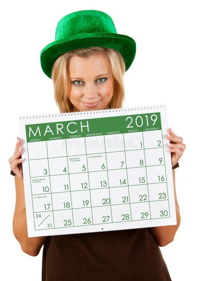 2019日历:女孩在3月圣帕特里克的天准备 库存照片