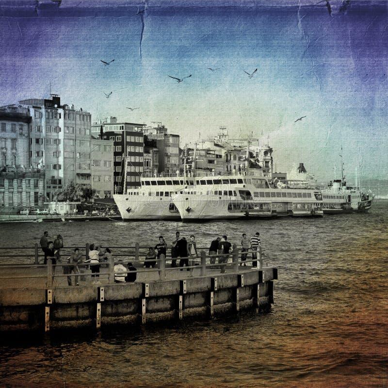 日常生活在Karaköy 轮渡,房子,海鸥和 免版税库存照片