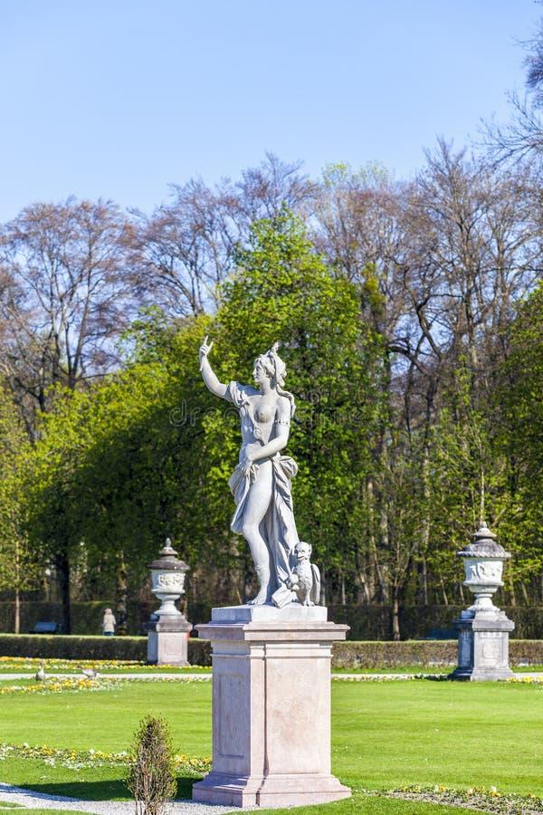 日德国慕尼黑nymphenburg宫殿晴朗schloss的雕象 库存图片