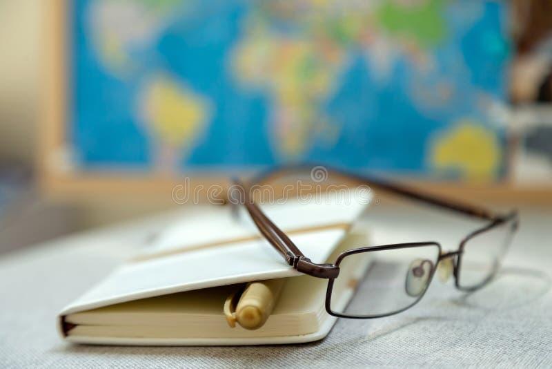 日志、学报和放大镜在验查员背景 免版税图库摄影