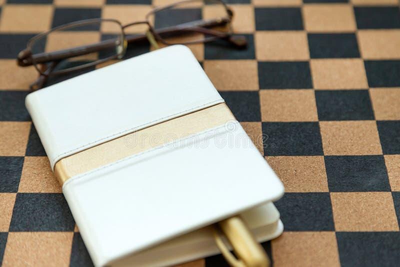 日志、学报和放大镜在验查员背景 库存照片