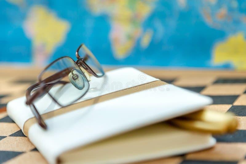 日志、学报和放大镜在验查员背景 免版税库存图片