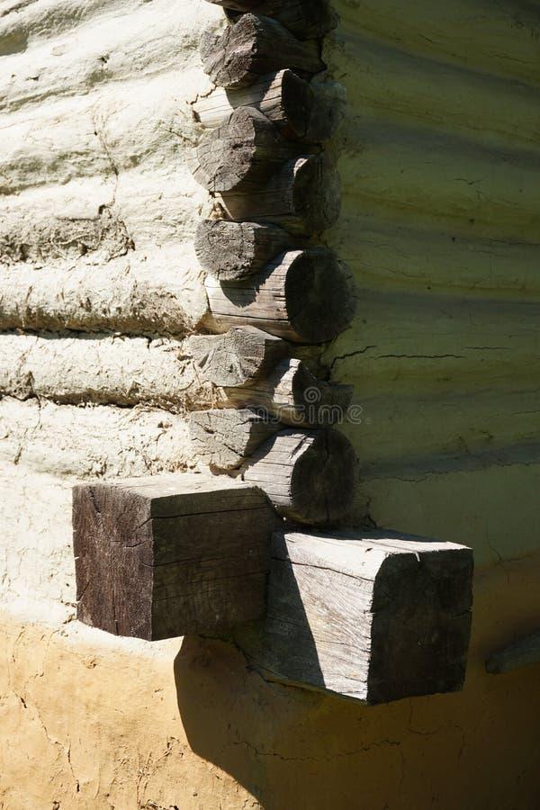 日志墙壁的外在角落,鸠尾榫被刻凹痕,对土气房子 库存图片