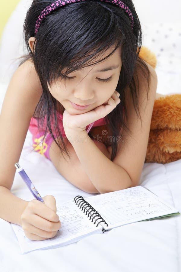 日志女孩她的一点文字 免版税库存图片