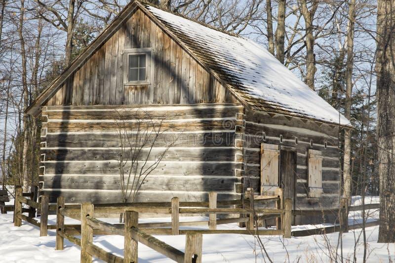 日志小室外部在多雪的森林,密执安里 库存图片