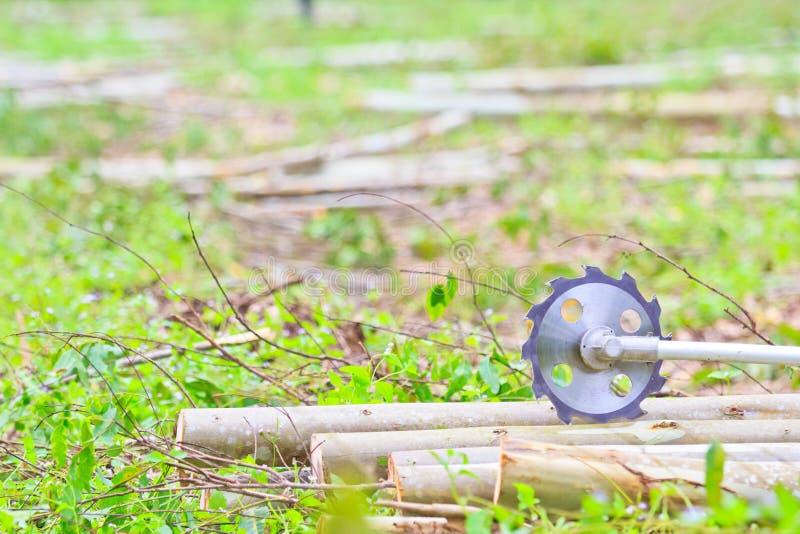 日志记录器人切开木头看见了 免版税图库摄影