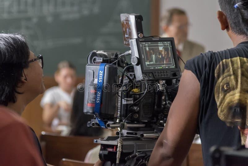 日惹,印度尼西亚- 2016年3月8日:演员在照相机预览屏幕上的礼萨Rahadian在电影期间鲁迪Habibie的射击 免版税库存照片