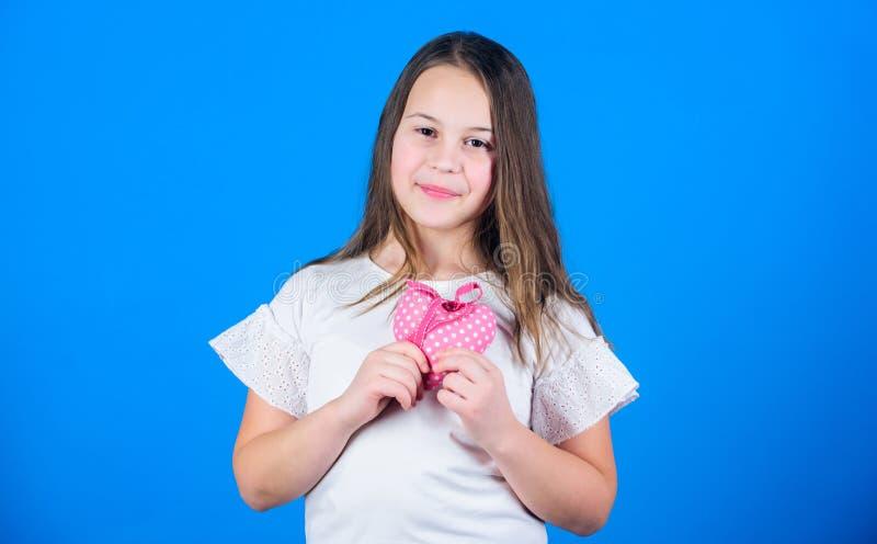 日愉快的华伦泰 小女孩藏品为情人节充塞了手工制造心脏 有心形的小孩 免版税库存图片