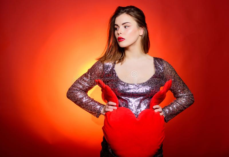 日愉快的华伦泰 庆祝情人节 女孩构成和性感的低颈露肩的礼服 妇女有吸引力的时装模特儿 免版税库存图片