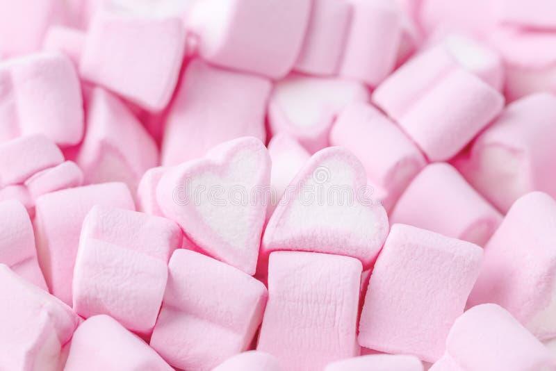 日愉快的华伦泰 爱人现出轮廓主题妇女 桃红色甜蛋白软糖心脏 华伦泰` s日背景 免版税库存图片
