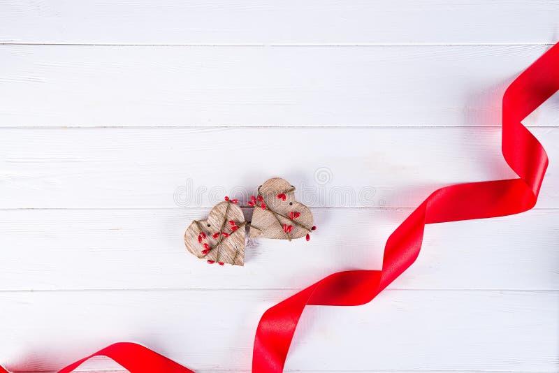 日愉快的华伦泰 红色丝带和两木心脏在白色背景 背景蓝色框概念概念性日礼品重点查出珠宝信函生活纤管红色仍然被塑造的华伦泰 免版税图库摄影