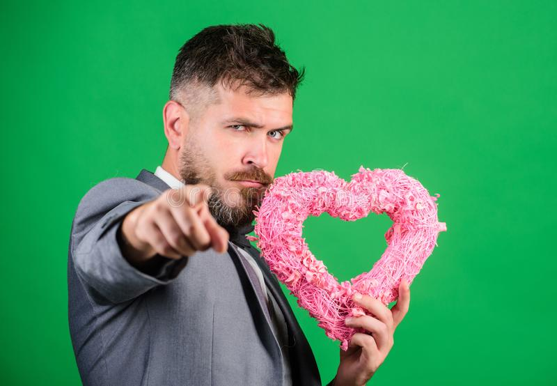 日愉快的华伦泰 行家举行心脏标志爱 给家庭假日带来爱 浪漫惊奇 爱的人 免版税库存照片