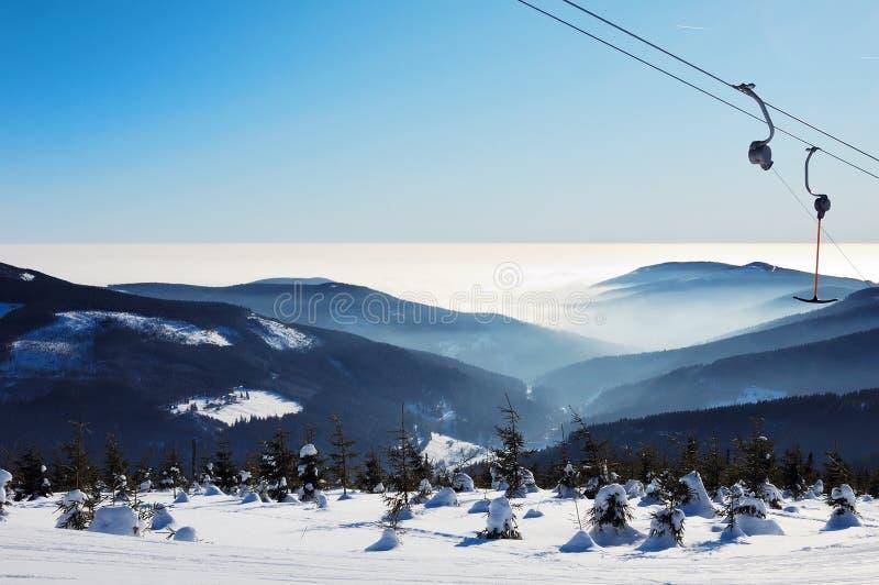 日手段美妙滑雪的冬天 免版税库存照片