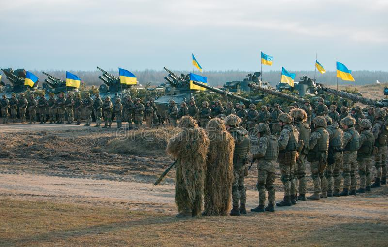 日托米尔州,乌克兰- 2018年11月21日:军事游行,坦克直升机专栏 免版税库存照片