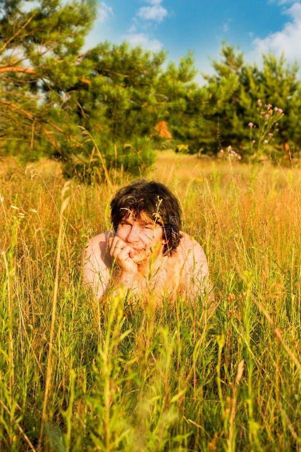日晴朗草的人 免版税图库摄影