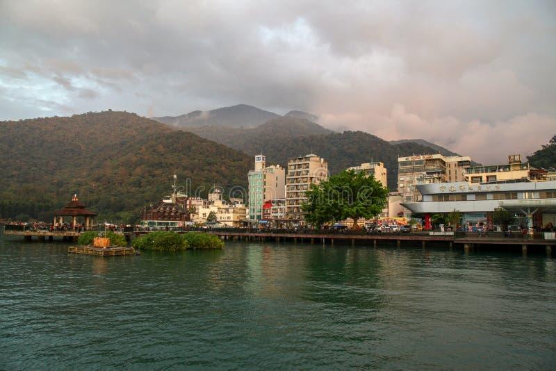 日月潭,台湾10月12,2018:老大厦和山是美丽的靠近小船驻地在日月潭,台湾 图库摄影