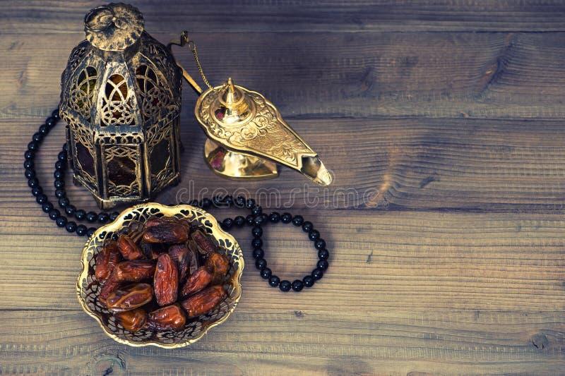 日期、阿拉伯灯笼和念珠 ramadan的装饰 图库摄影