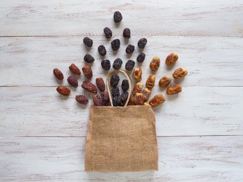 日期果子在与袋子的一张木桌上被计划 图库摄影
