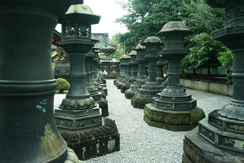 日本之神道教寺庙老石灯笼在东京日本 免版税库存照片