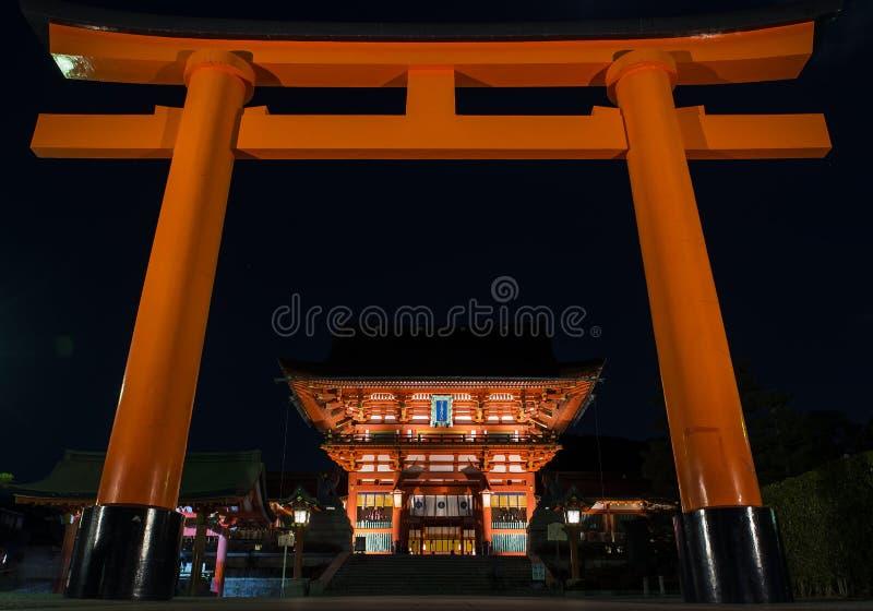 日本京都伏见稻日大社的夜里鸟门 库存图片